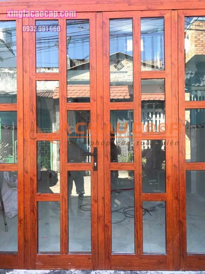 cửa đi mở quay 2 cánh giả gỗ nhôm xingfa