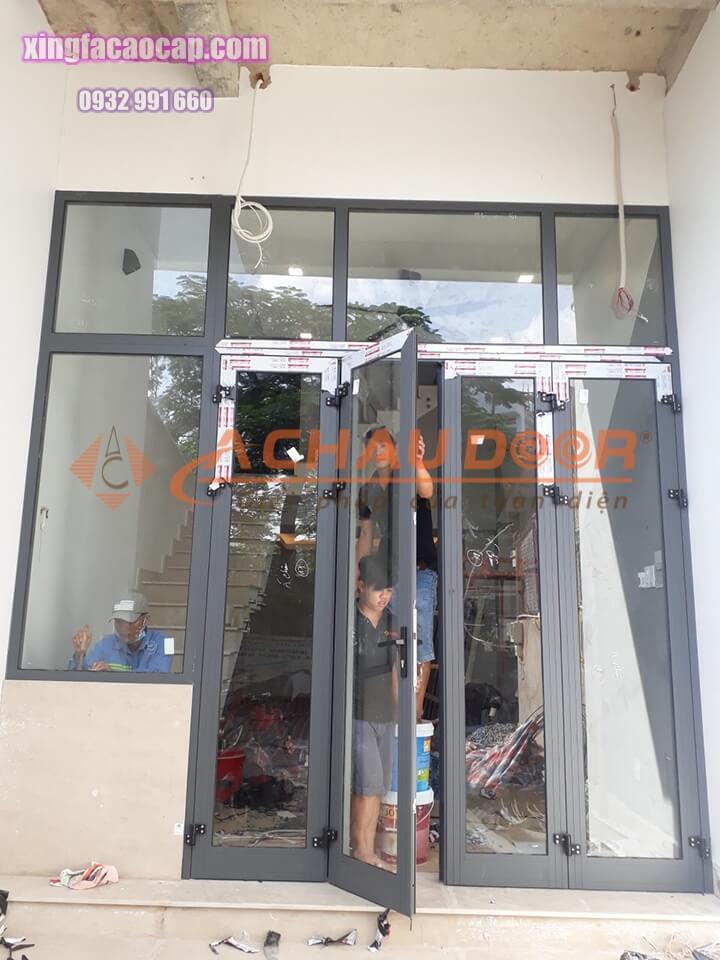 cửa đi mở quay 4 cánh kết hợp vách kính nhôm xingfa