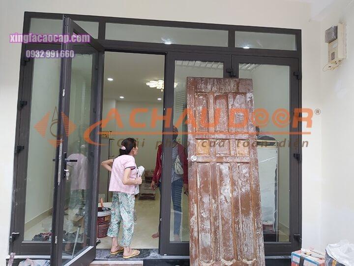 cửa đi mở quay 4 cánh nhôm Xingfa
