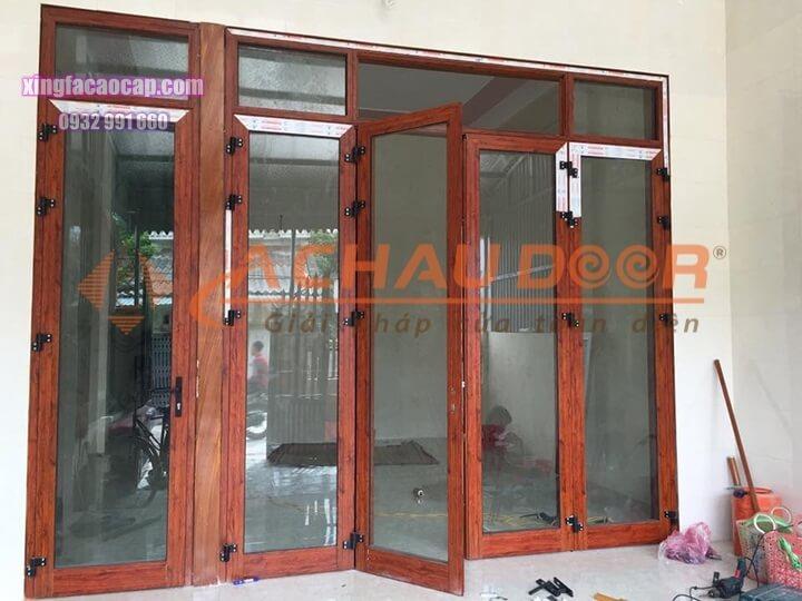 Mẫu cửa đi mở quay vân gỗ 4 cánh nhôm Xingfa