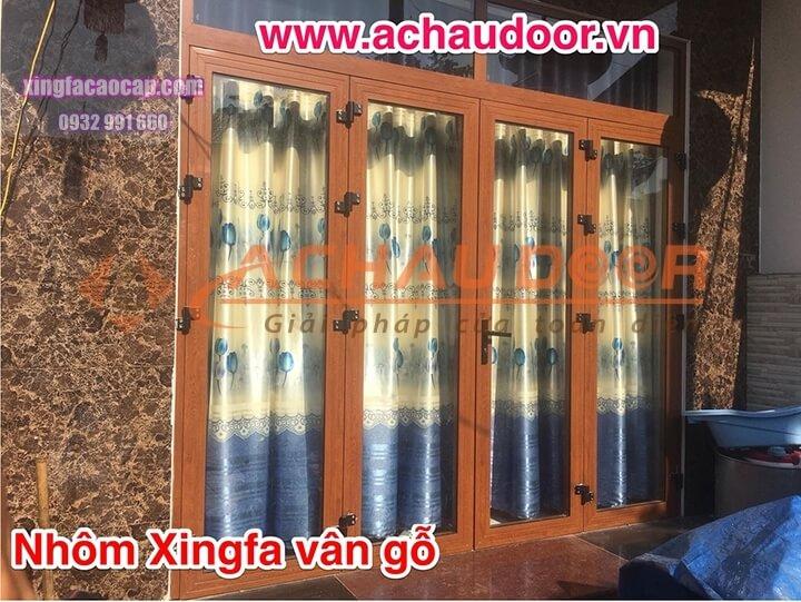Cửa đi mở quay 4 cánh nhôm Xingfa vân gỗ
