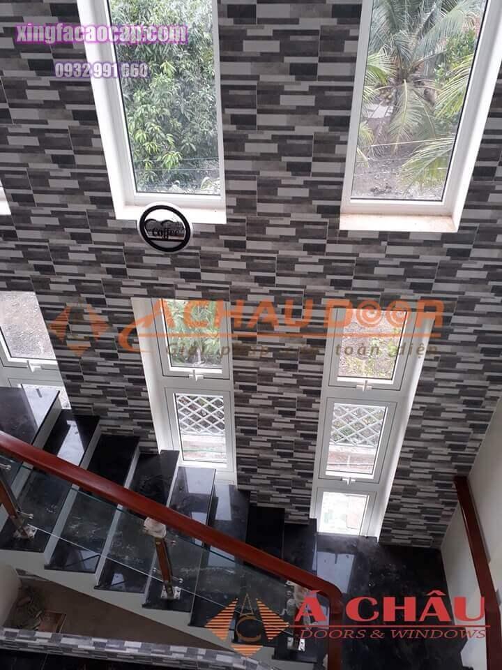 Cửa sổ mở hất 1 cánh cho cầu thang