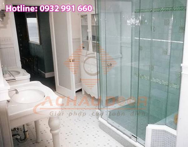 Phòng tắm được thiết kế từ nhiều kính cường lực