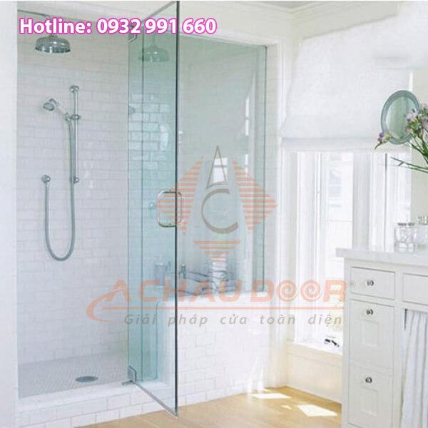 Mẫu phòng tắm kính cường lực với kiểu đóng mở 90 độ