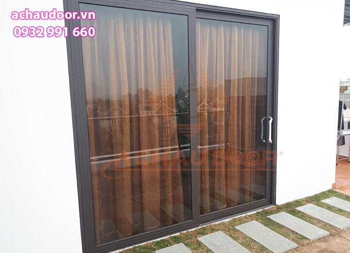 cửa đi mở lùa nhôm xingfa màu đen 2 cánh