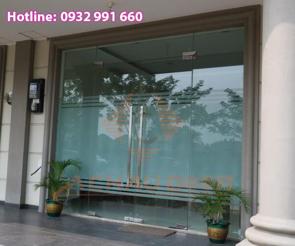 Cửa kính dùng để trưng bày hàng hóa